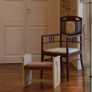Conjunto de Cadeira de Braços com Banqueta